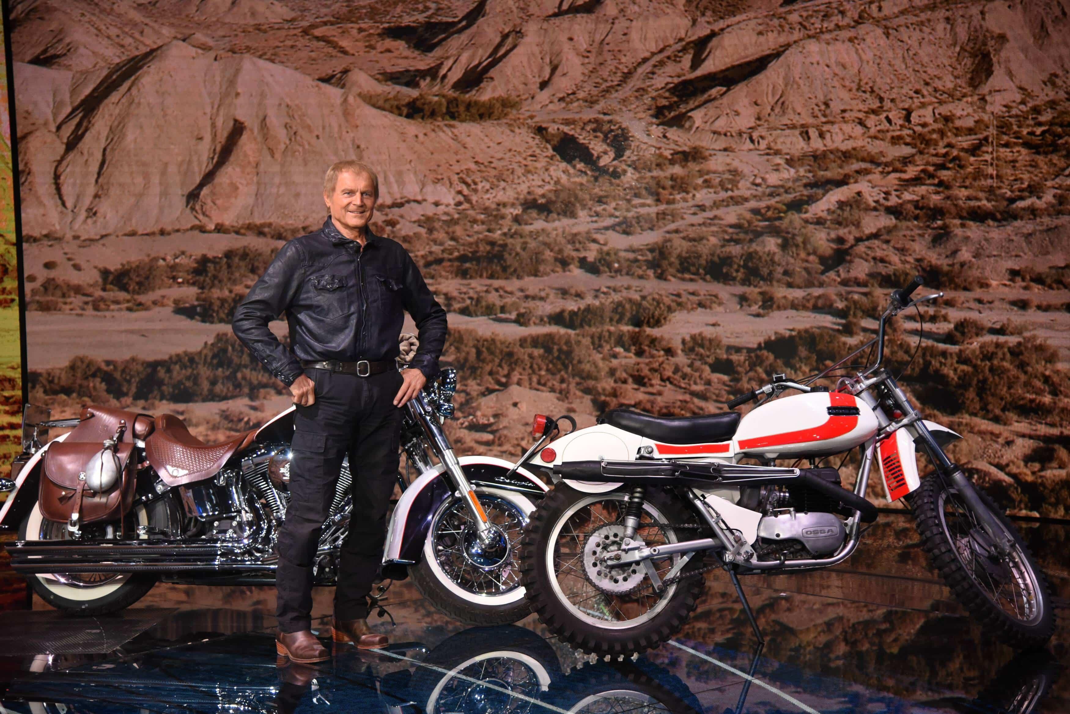 Terence Hill mit seinem Motorrad / Harley